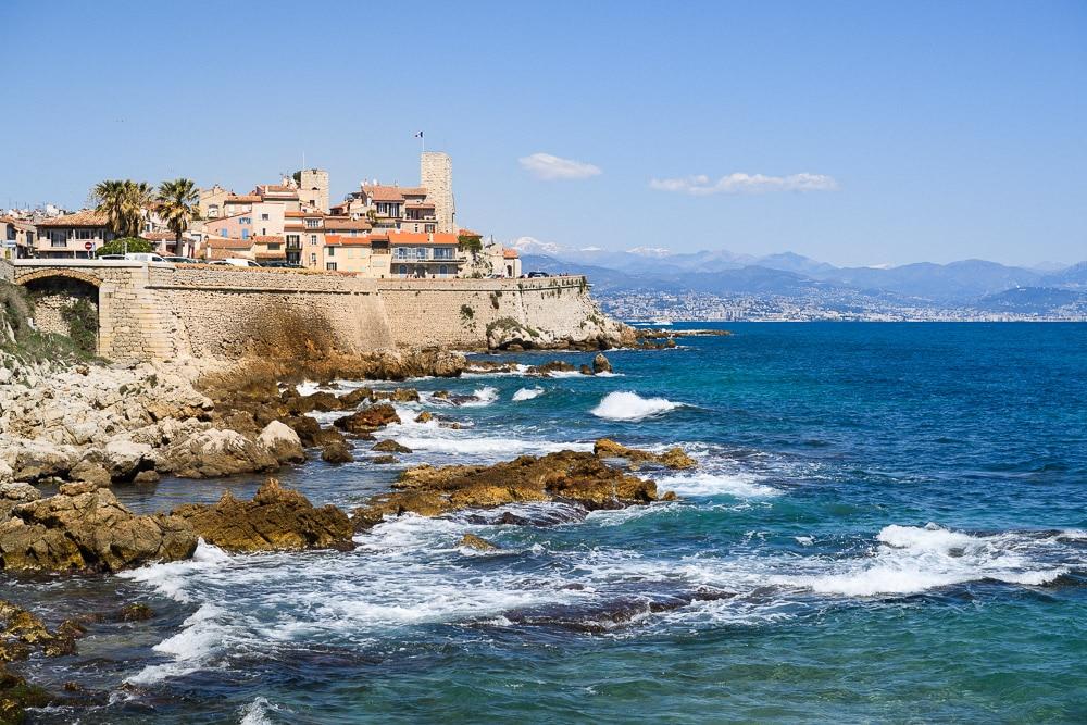 Foto der Mittelmeerküste bei Cannes, Provence im Sommer