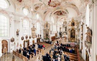 Kirchliche Trauung - Foto von der Empore mit Übersicht über die ganze Hochzeitsgesellschaft