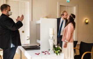 Brautpaar küsst sich während der standesamtlichen Trauung ohne Gäste |Hochzeitsfoto mit ferngesteuerter Kamera