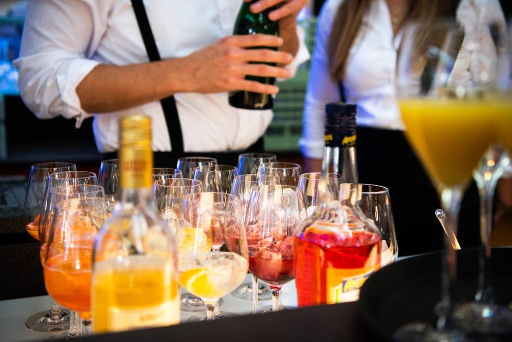 Barkeeper bereitet Drinks für die Hochzeitsparty vor