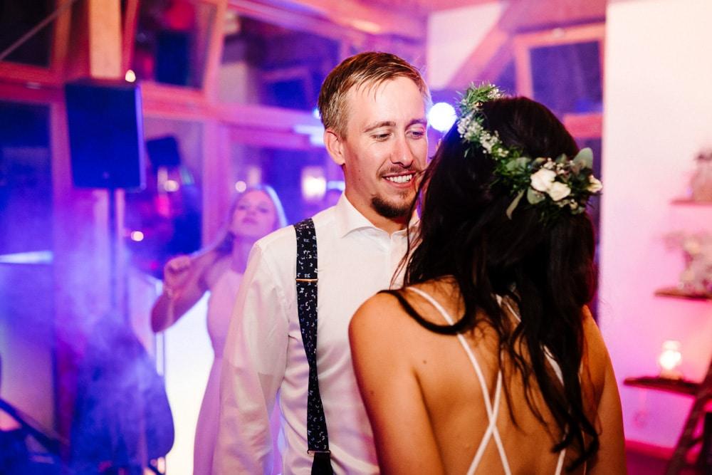 Brautpaar bei der Hochzeitsparty auf der Tanzfläche