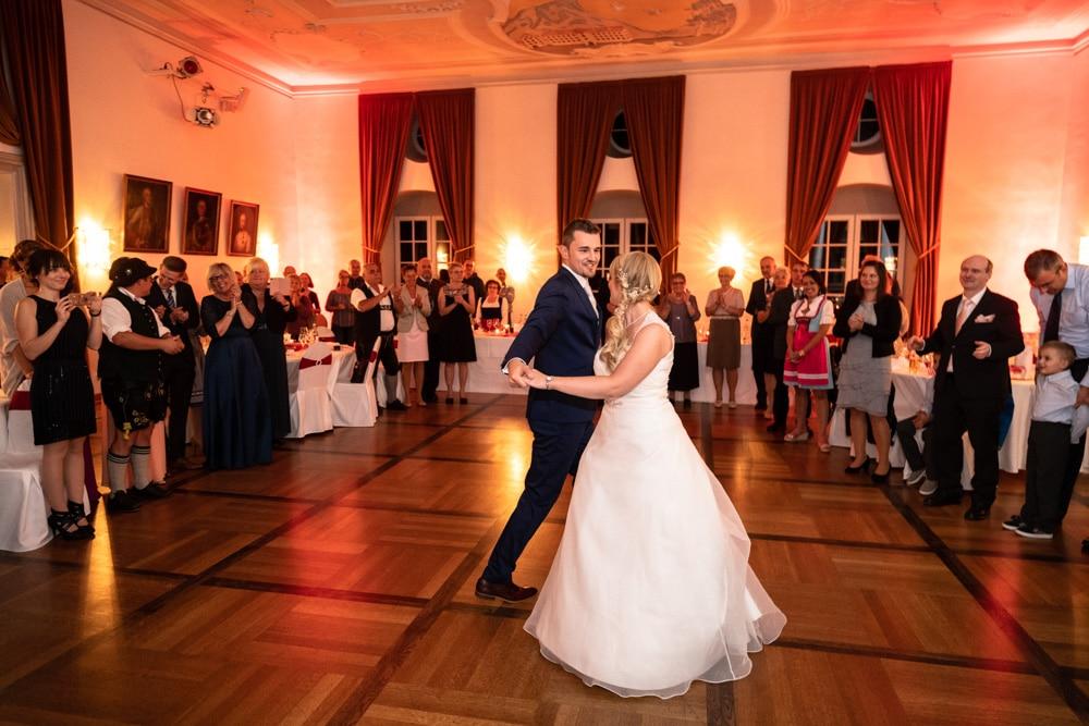 Brautpaar umringt von Gästen beim Eröffnungstanz der Hochzeitsparty