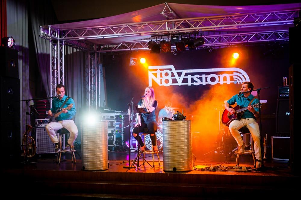 Liveband sorgt für gute Stimmung auf der Hochzeitsparty, hier mit Bühne und professioneller Beleuchtung