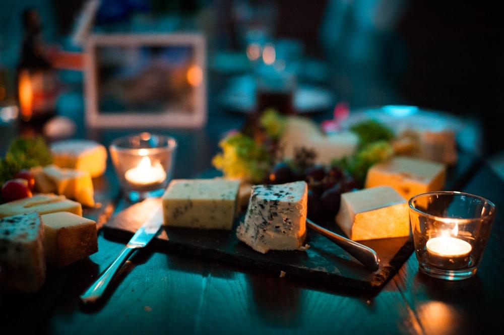 Eine Käseplatte als Mitternachtsbuffet stillt den Hunger und schmeckt gut